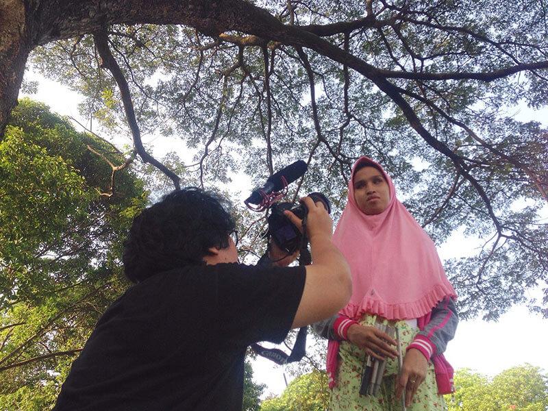 pengambilan gambar Salsabila di bawah pohon rindang