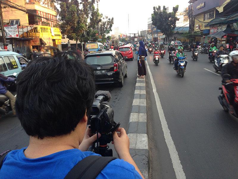 pengambilan gambar Salsabila berdiri di pembatas tengah jalan Jakarta