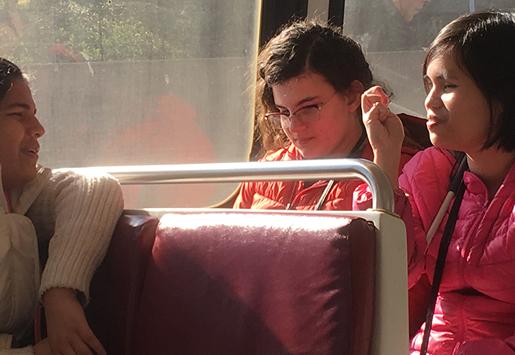 foto adegan Andrea berbicara dengan teman di bus sekolah