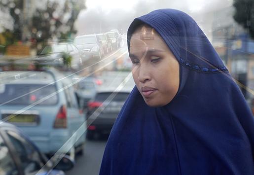 Salsabila berdiri dengan latar belakang suasana kemacetan Jakarta