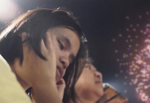 foto adegan Andrea di pertunjukan kembang api