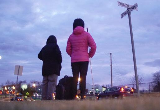 foto adegan Andrea menunggu bus sekolah