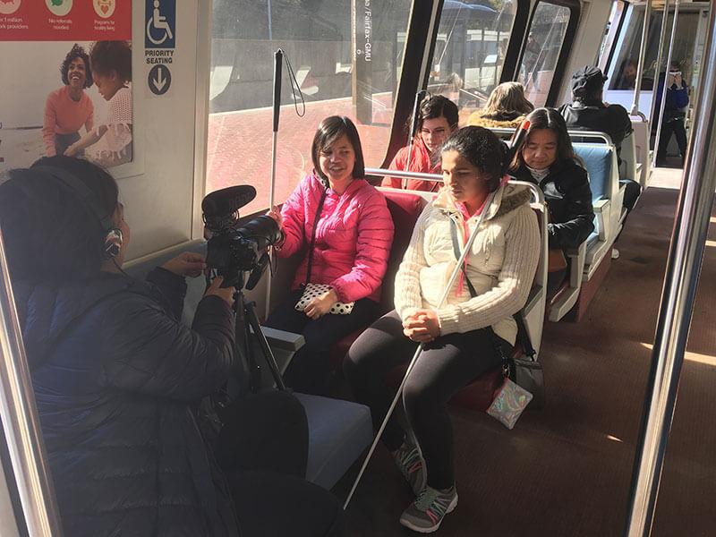 pengambilan gambar Andrea di bus duduk bersama temannya