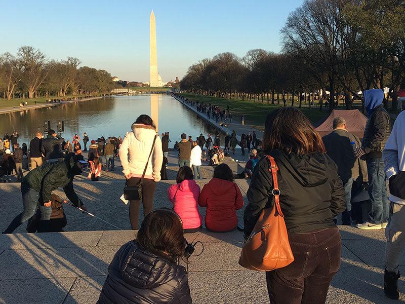 pengambilan gambar Andrea duduk di Lincoln Memorial Amerika memandang tugu washington Amerika